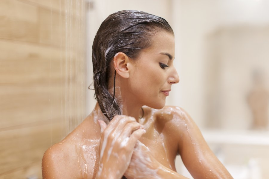 kobieta mycie i rozjaśnianie włosów