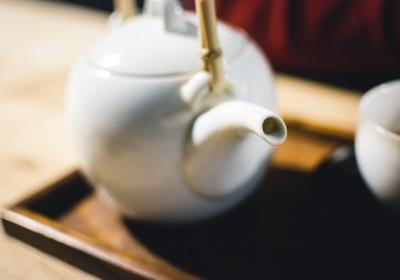 parzenie czerwonej herbaty dzbanek