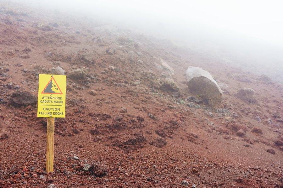 uwaga na spadające skały