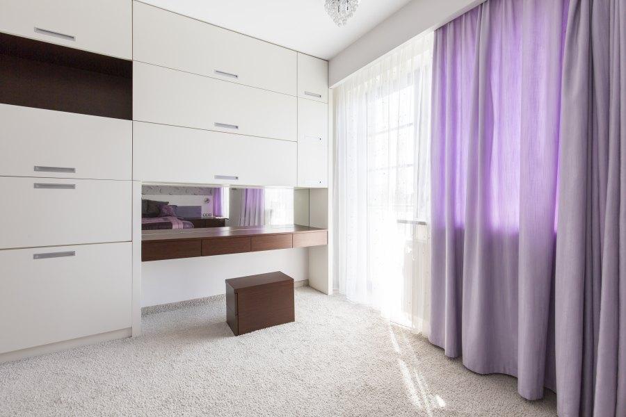 wnętrze z pięknymi fioletowymi zasłonami