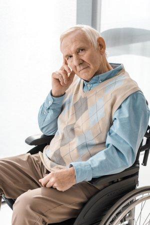 senior na wózku inwalidzkim