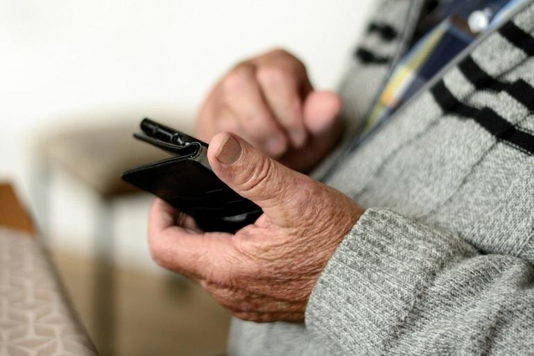 senior korzystający ze smartfona