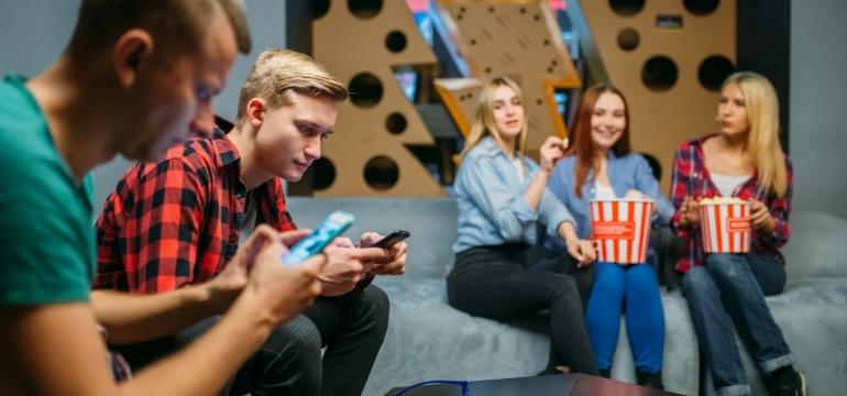 nastolatkowie na sofach