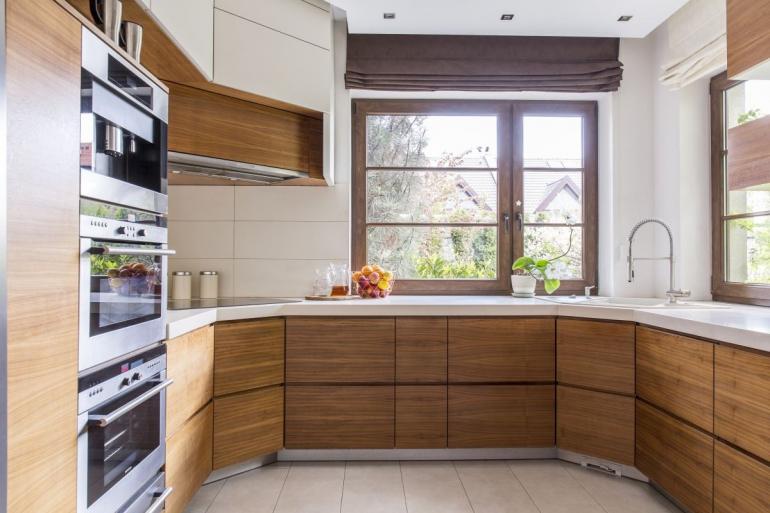 kuchnia z drewnianym stylem
