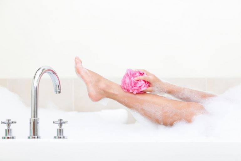 mycie nogi w wannie